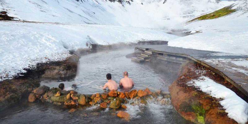 Baden in een natuurlijke warmwaterbron in IJsland
