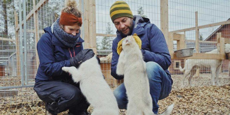 Bartel-van-Riet-knuffelen-met-husky's-in-Lapland