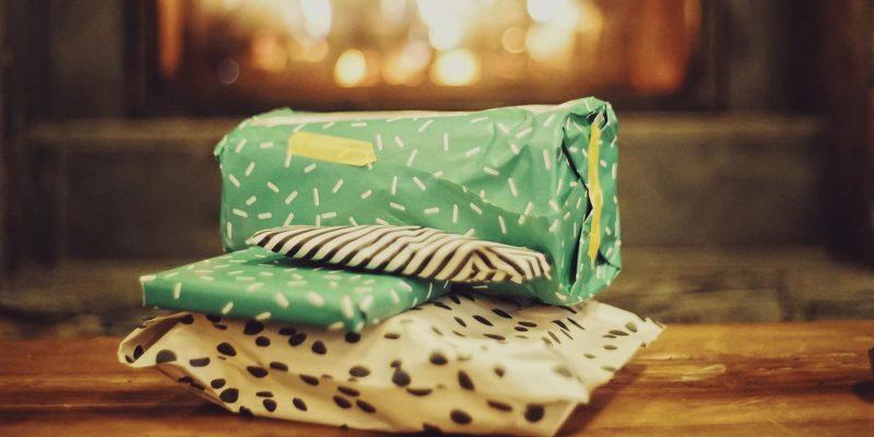 Cadeautjes-naast-het-open-haard-in-Lapland