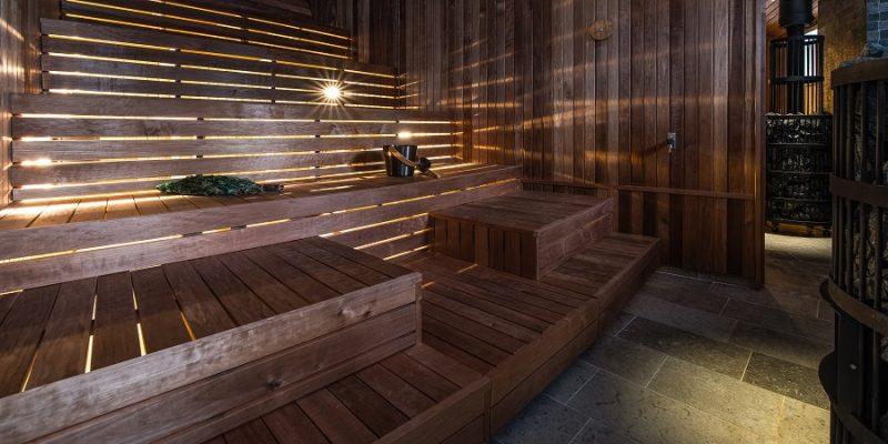 De-sauna-van-cederhout-in-Arctic-Bath-Lapland-Zweden-Harads
