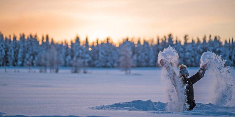 Dikke pakken sneeuw in winter wonderland in Zweden