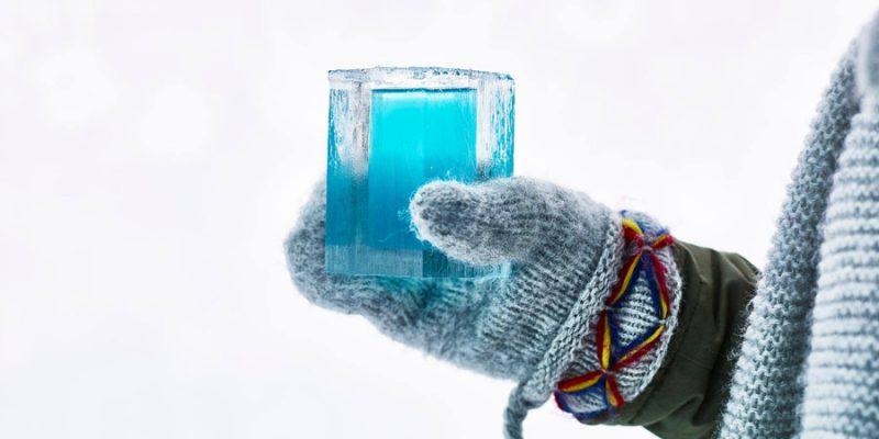 Glas drinken in de ICEbar van het ICEhotel