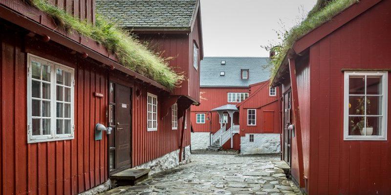 Faeroer-eilanden-Vikingdorp-met-rode-huizen-en-grasdakjes