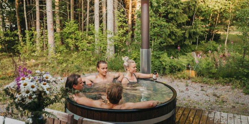Finland-relaxen-in-outdoor-hottub