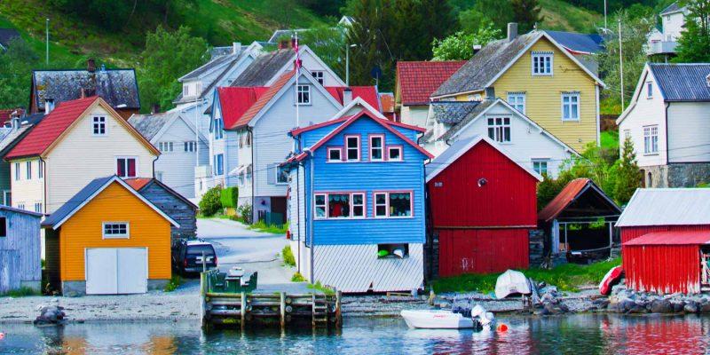 Gekleurde-huisjes-aan-de-Noorse-kust