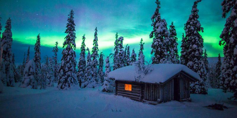 Blokhut met noorderlicht in Lapland