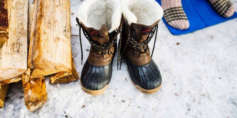 winterboots in de sneeuw in winters Lapland