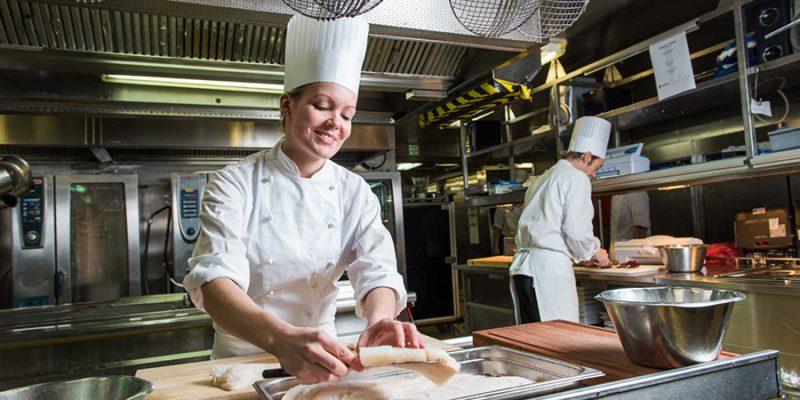 Hurtigruten-koken-met-verse-producten-van-langs-de-kustlijn