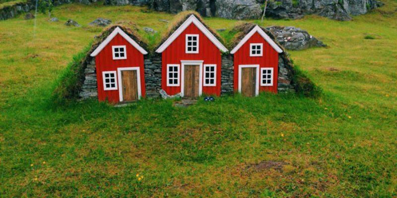Kleine rode elfenhuisjes in Egilsstadir in IJsland