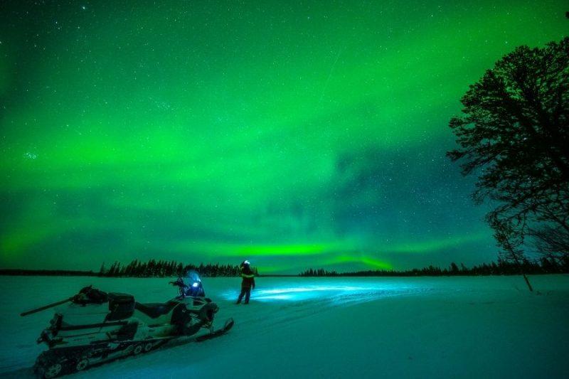 Ga op zoek naar het noorderlicht met je sneeuwscooter.