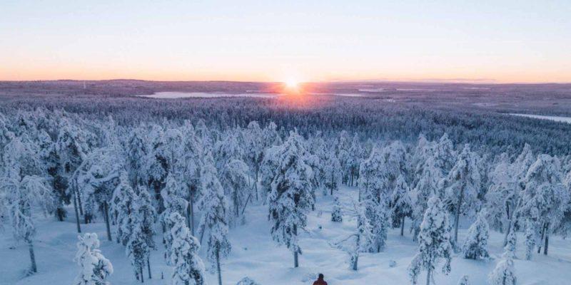 Kaamos licht in uitgestrekt winters Lapland