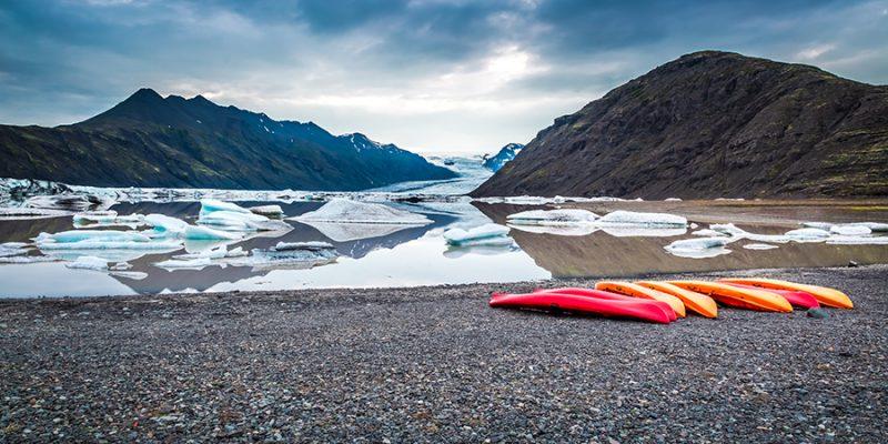 Kajakken-tussen-ijsbergen-in-IJsland