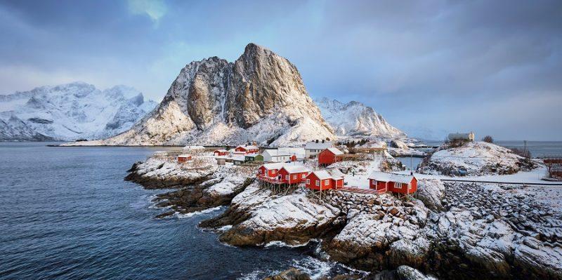 Lofoten-eilanden-winterlandschap-spitse-bergen-vissersdorpje-met-rorbu