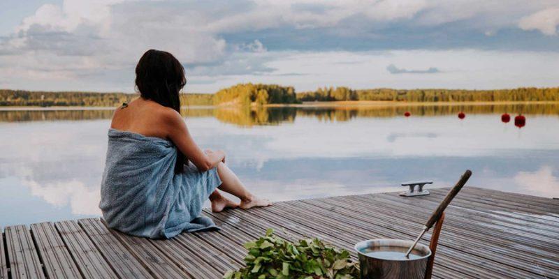 Meisje-aan-het-meer-na-sauna