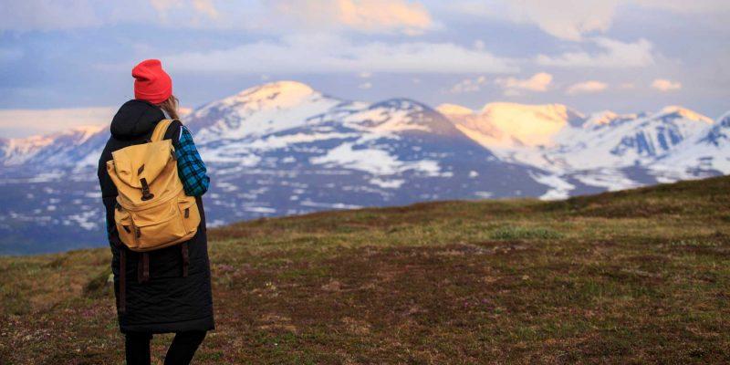 Meisje-kijkt-uit-over-de-bergen-in-Abisko-Zweden-Lapland