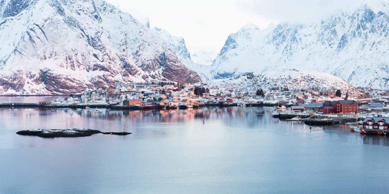 Noord-Noorwegen-fjord-berg-vissersdorp