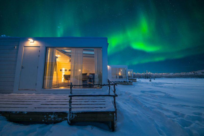 Noorderlicht boven de Aurora Suites in Lapland