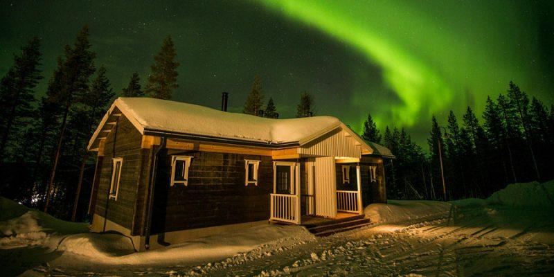 Noorderlicht boven chalet Valkea Lodge