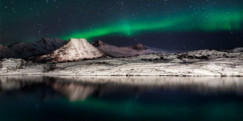 Noorderlicht-over-de-besneeuwde-bergen-in-Noord-Noorwegen