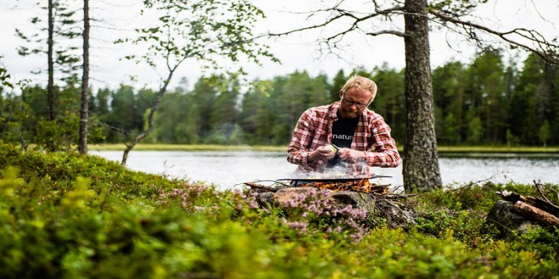 Outdoor-cooking-in-Lapland-man-kookt-in-de-natuur