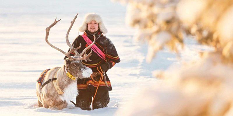 Sami-cultuur-Lapland-man-met-rendier-winter