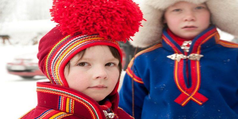 Sami-jongens-inheemse-cultuur-in-Lapland-Zweden_Noorwegen_Finland