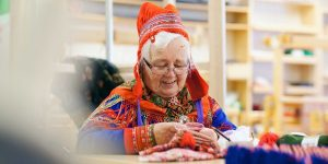 Sami-vrouw-met-handwerk-Lapland
