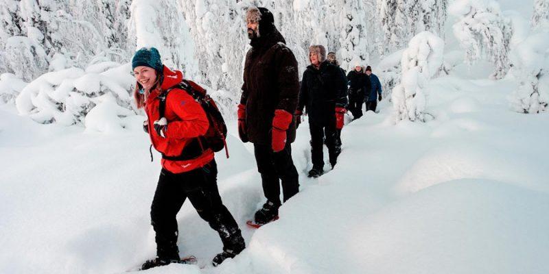 Sneeuwschoen wandeling in de natuur in Lapland