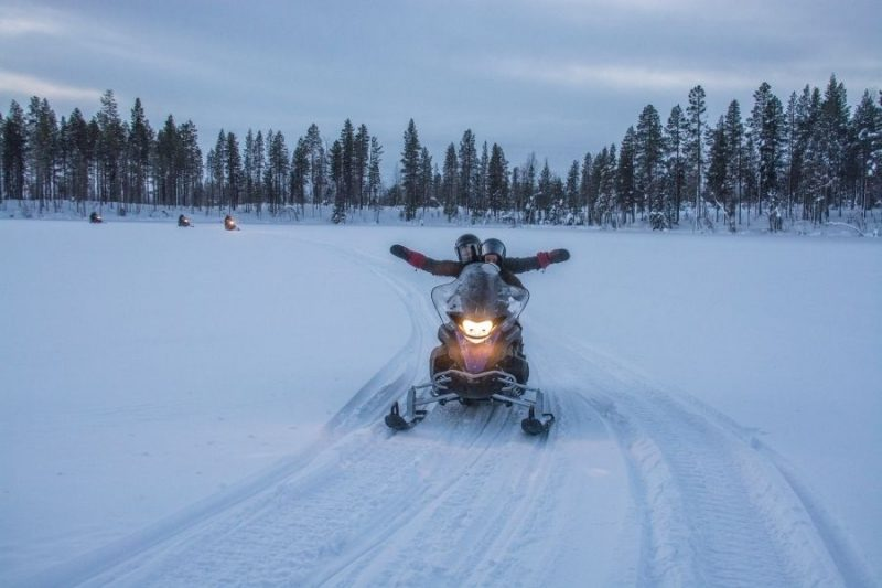 Ontdek de prachtige omgeving met een ritje op de sneeuwscooter.
