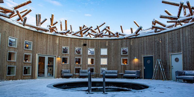 Verkoeling-na-de-wellness-in-het-ijsgat-Arctic-Bath