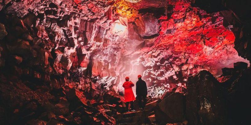 Daal af in een lavatunnel in IJsland