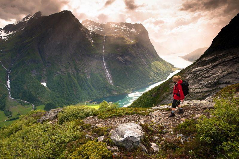 Vrouw-wandelt-in-Noorwegen-bij-fjord-en-bergen
