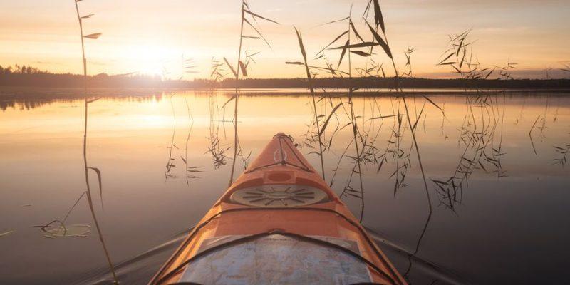 kajakken in saimaa merengebied in Finland