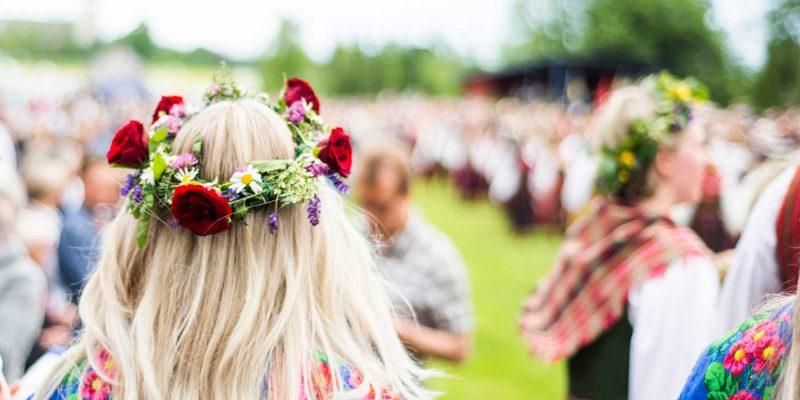 midzomer-dansen-met-bloemen-in-het-haar