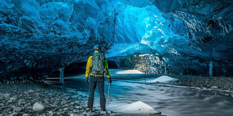 IJsland-natuurlijke-ijsgrot-©-IceCave