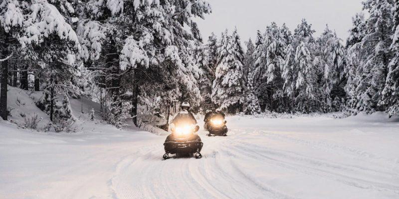 Sneeuwscooter-in-Lapland-in-de-winter