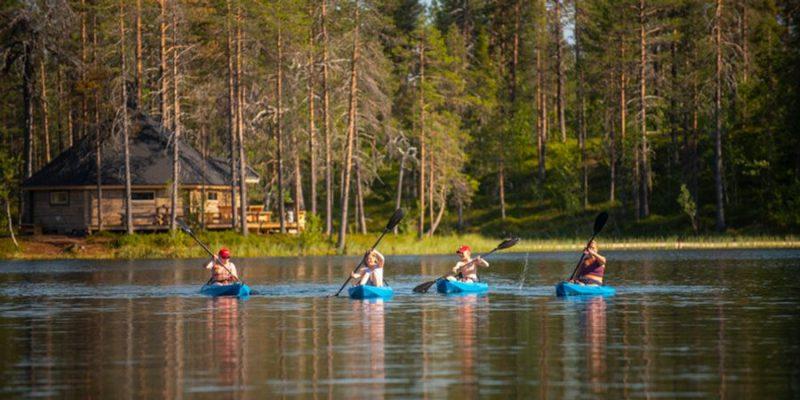 kajakken bij de Pinetree Lodge in Zweeds Lapland