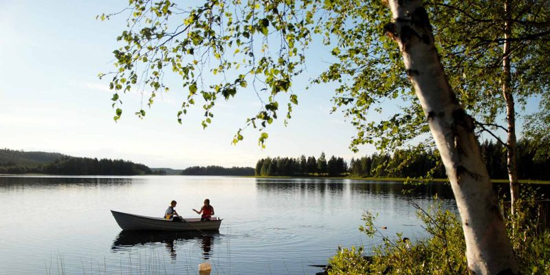 Zweden-varen-met-bootje-op-meer