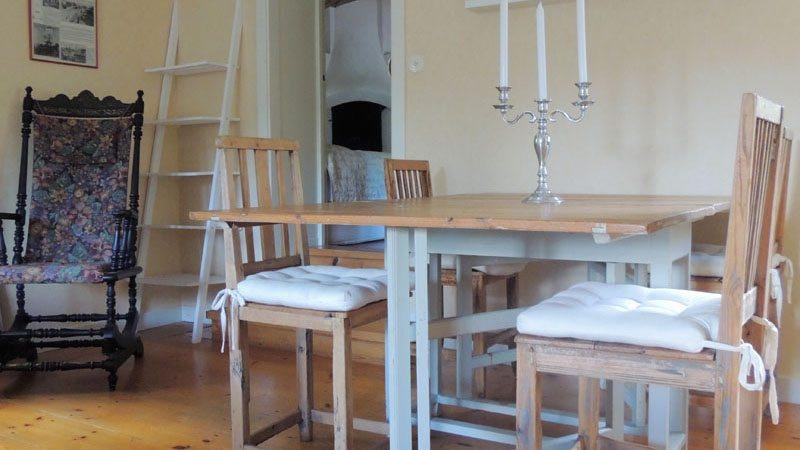 eetkamer-van-vakantiehuis-Sandalsvägen-in-Stilleben-Zweden