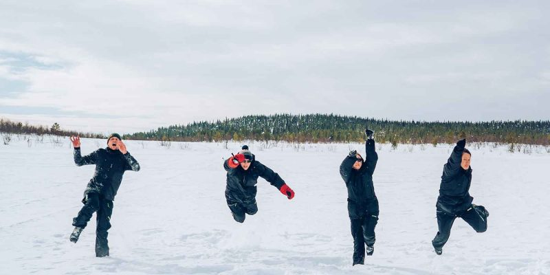 Lapland-springen-in-de-sneeuw