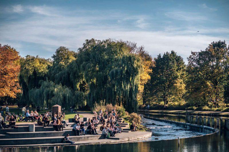 Genieten van de zon in Munke Mose park van Odense
