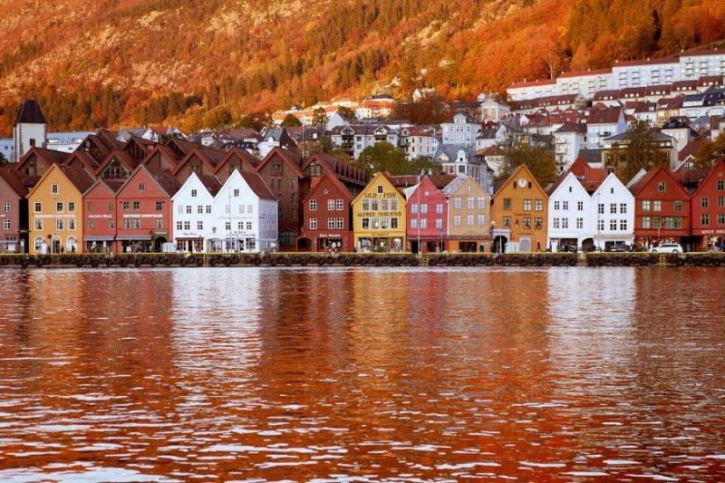 Kleurrijke huisjes van Bergen in de herfst