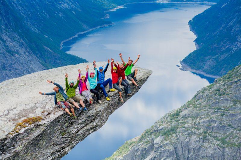 Groep op de Trolltunga in Noorwegen