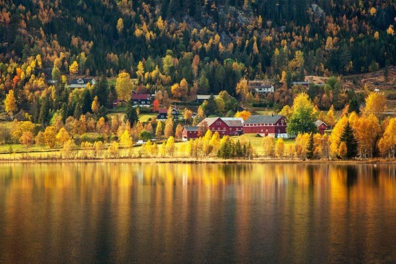Herfstkleuren weerspiegeld in het water aan de Noorse meren
