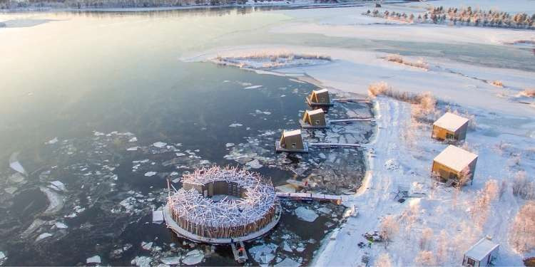 Het drijvende hotel Arctic Bath van bovenaf