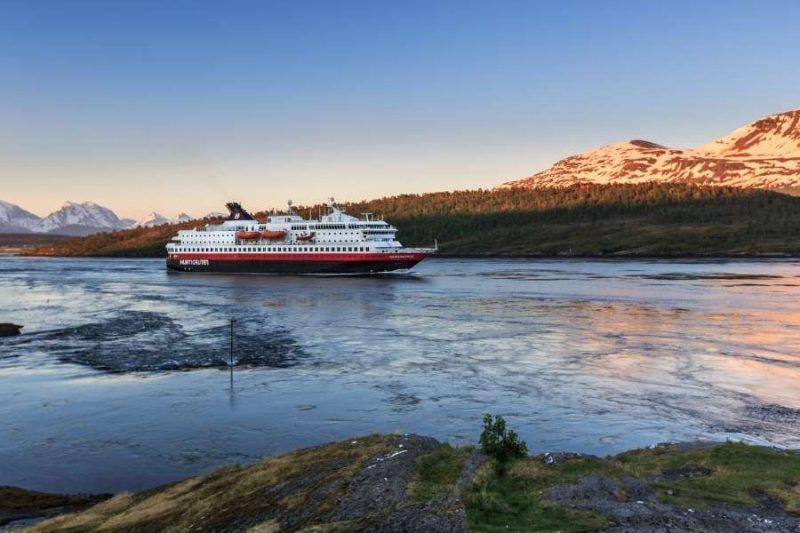 Hurtigrutenschip bij vallen van de avond