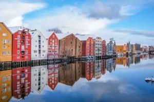 Kleurrijke huizen aan het water in Trondheim