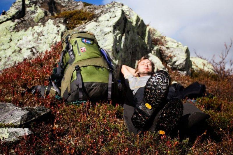 Man rust tijdens herfstwandeling in Noorwegen