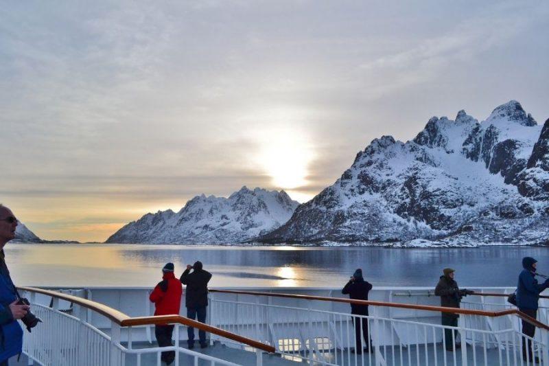 Groep op het dek van een Hurtigrutenschip
