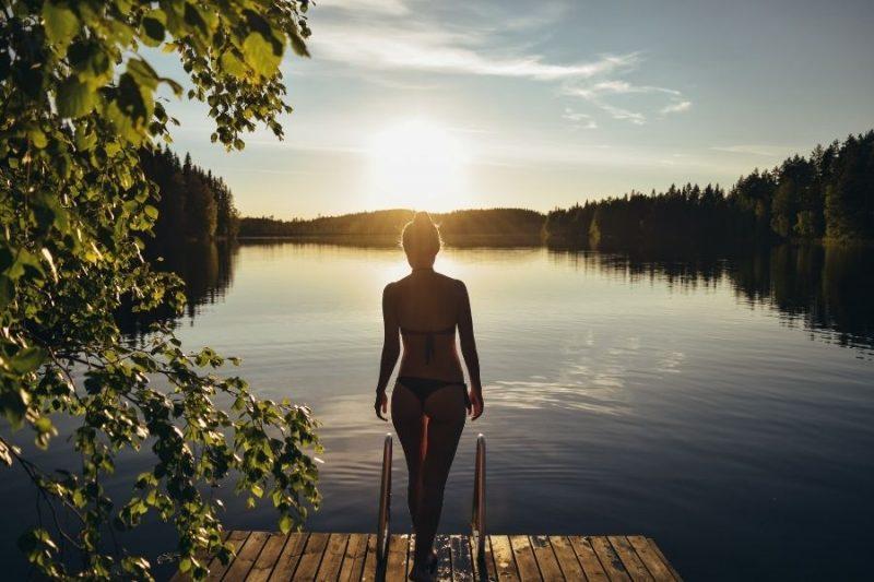 Afkoelen in een meer in de zomer